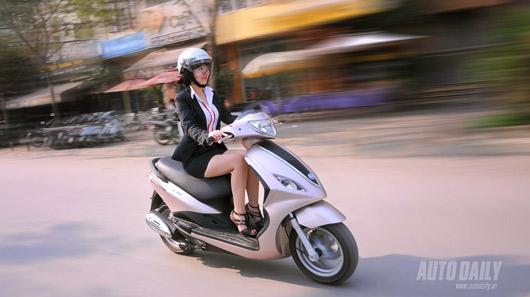 Đi xe máy, đừng mặc váy quá ngắn