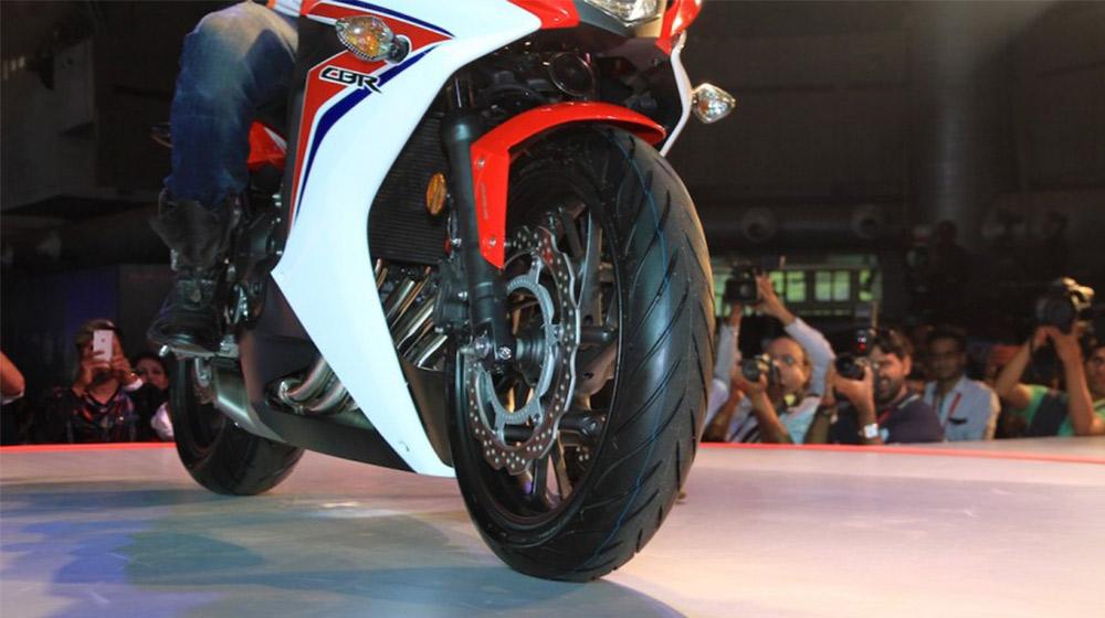 2015-Honda-CBR-650R-tires-launched-900x600.jpg