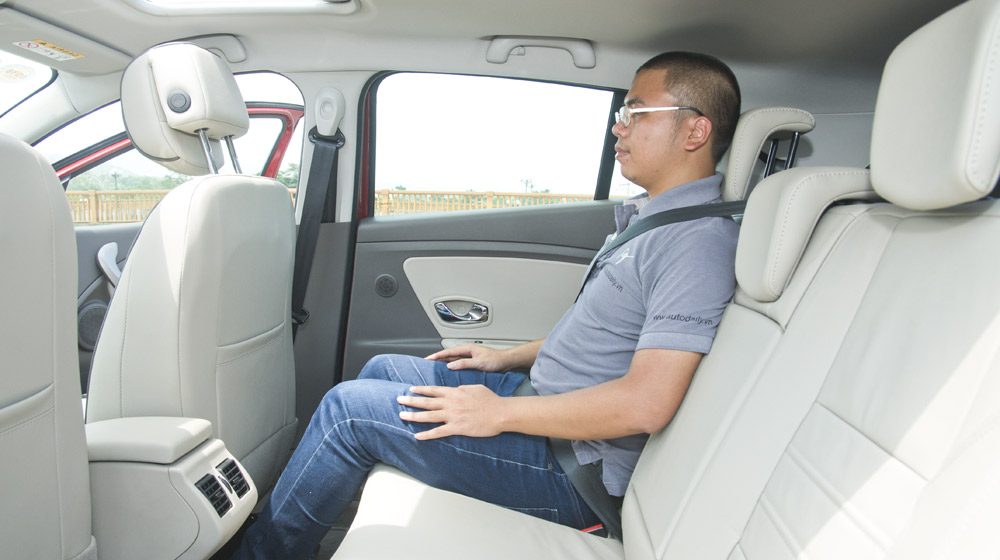 Renault Megane Hatchback_09.jpg