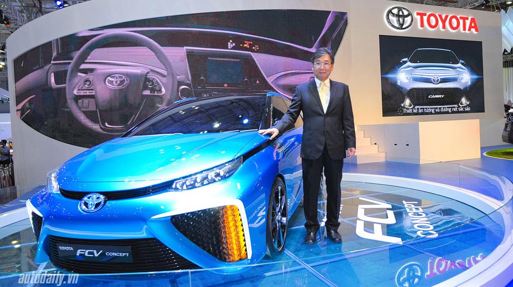 Xem xe tương lai tại gian hàng Toyota Việt Nam