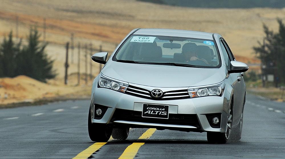 Chevrolet_Cruze_Vs_Toyota_Corolla_Altis (12).jpg