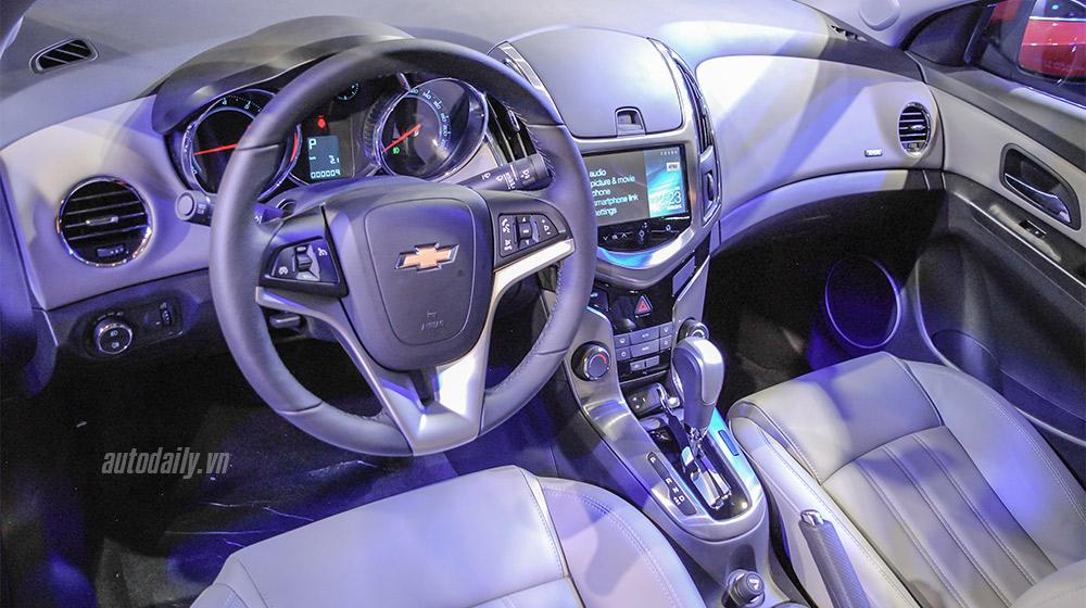 Chevrolet_Cruze_Vs_Toyota_Corolla_Altis (7).jpg
